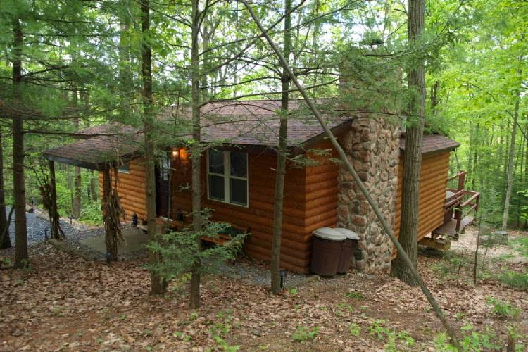 Kunkletown Logged Cabin with New Amenities and Large Jacuzzi