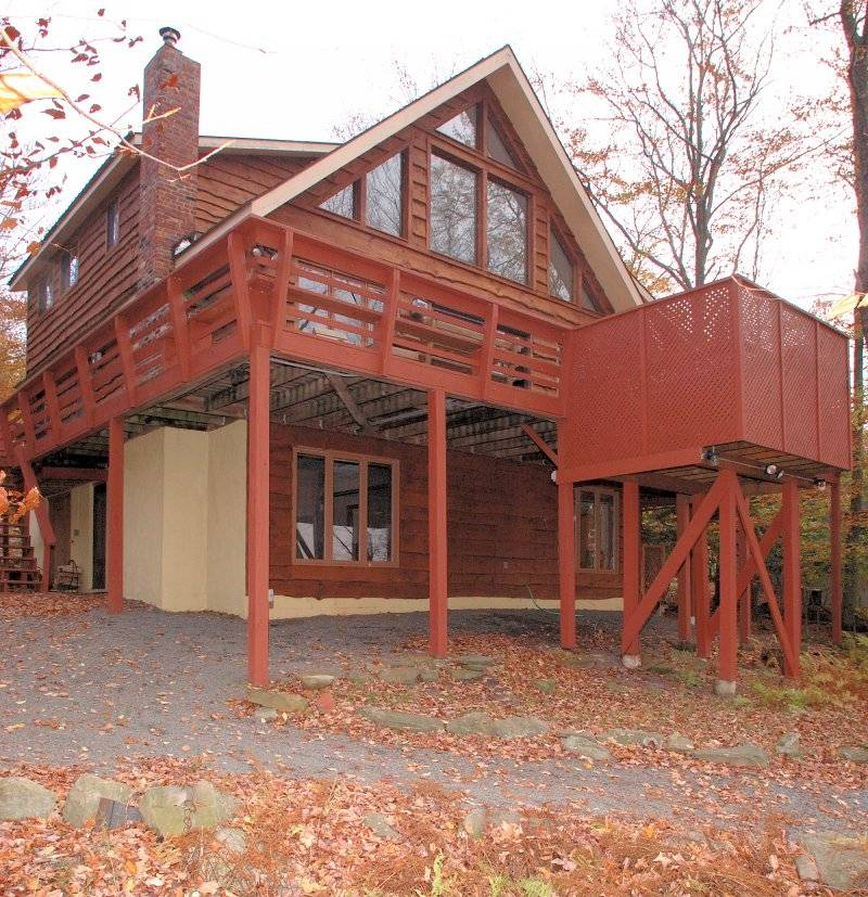 Big Bass Lake 5BR Lakefront Chalet, Hot Tub, AC, Dock, Beach, Boat, Game Room